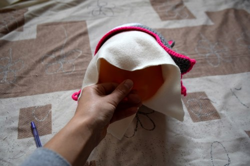 Як викроїти і вшити підкладку із флісу у в'язану шапочку з вушками - 22
