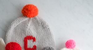 В'язані шапочки з монограмами для будь-якого віку