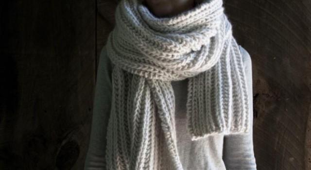 В'язаний об'ємний шарф спицями