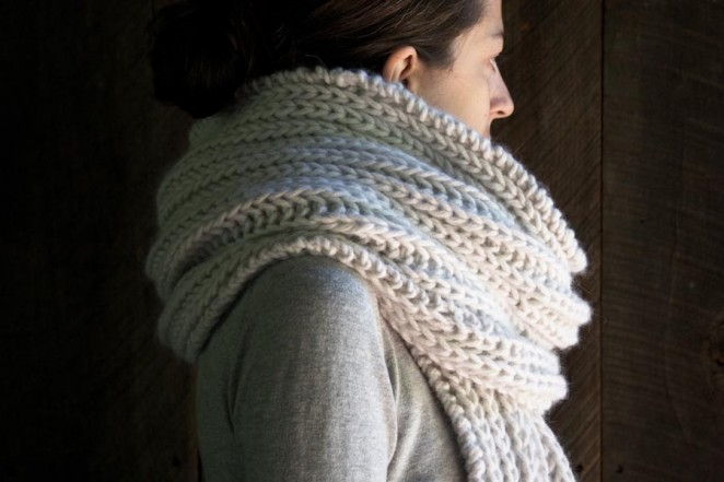 В'язаний об'ємний шарф спицями - 1