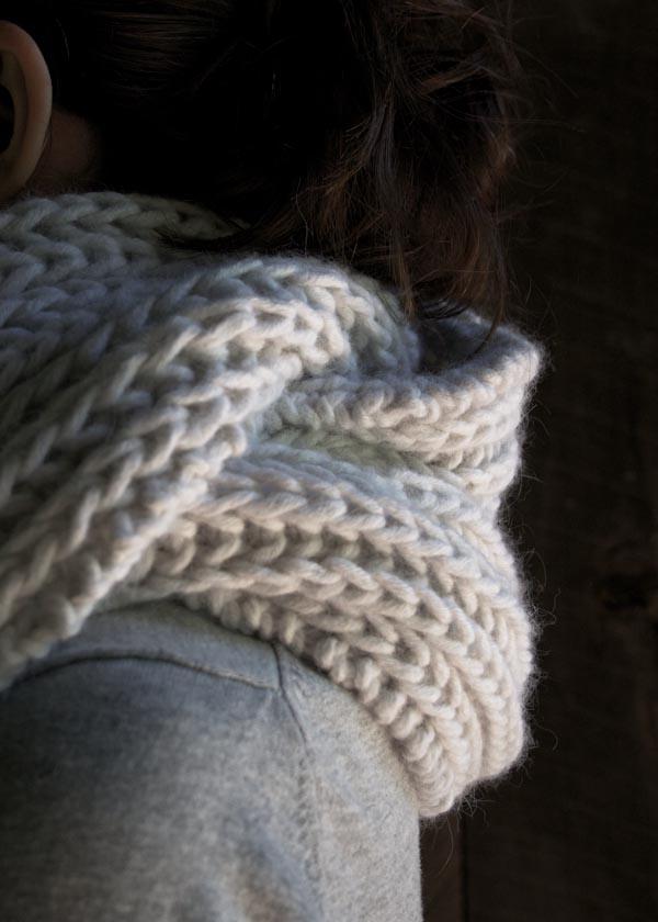 В'язаний об'ємний шарф спицями - 7