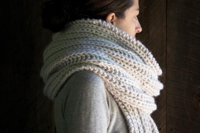 В'язаний об'ємний шарф спицями - 8
