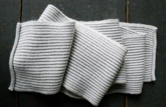 В'язаний шарф англійською резинкою спицями