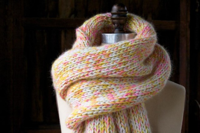 В'язаний шарф з меланжевої пряжі спицями
