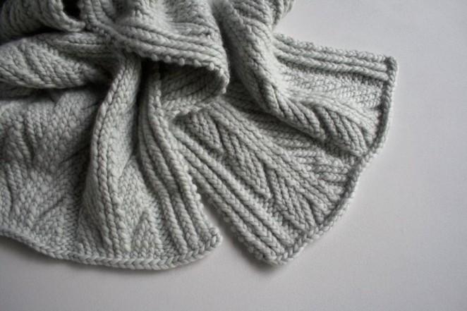 Красивий шарф спицями з рельєфним візерунком - 1