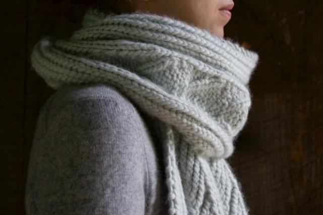 Красивий шарф спицями з рельєфним візерунком