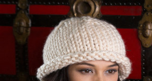 В'язана шапка крупною в'язкою - 1