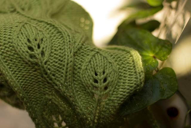 В'язаний шарф з ажурним візерунком - 1