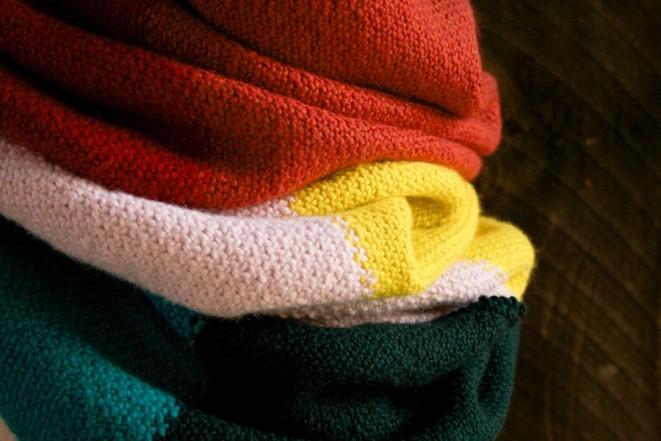 В'язаний широкий шарф у кілька кольорів - 6