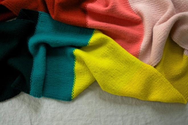 В'язаний широкий шарф у кілька кольорів - 7