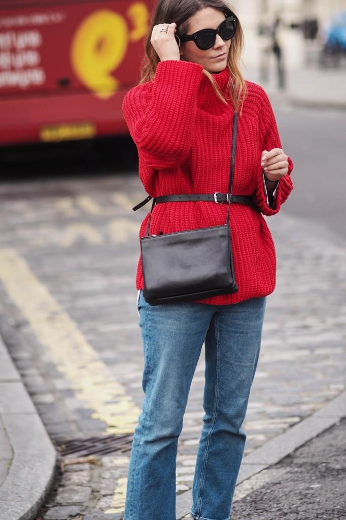 Червоний джемпер у вуличній моді - 1