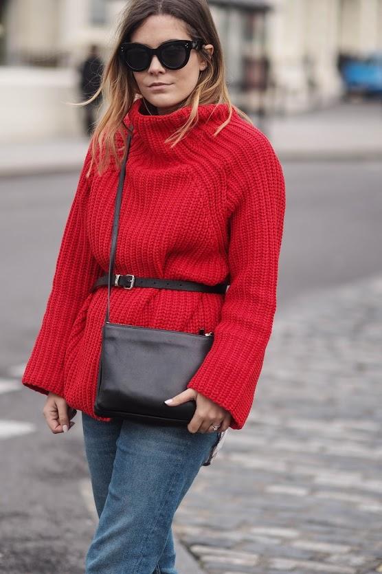 Червоний джемпер у вуличній моді - 3