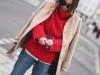 Червоний джемпер у вуличній моді - 4