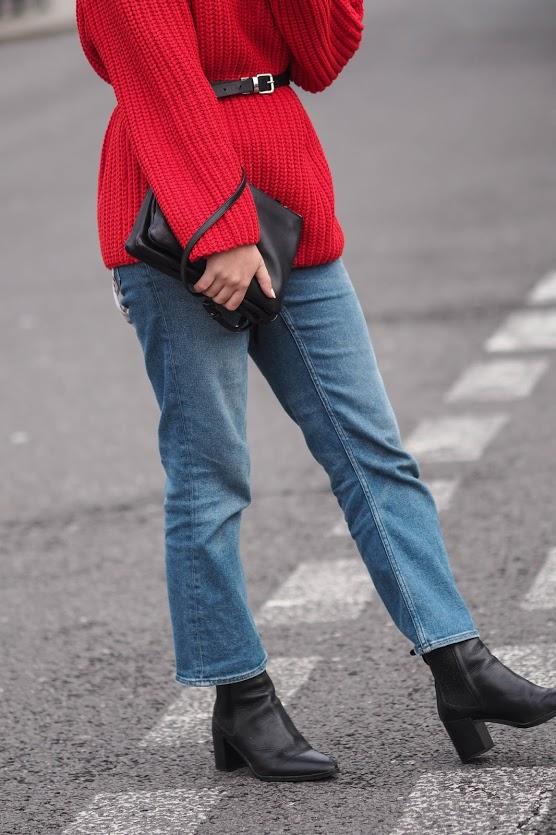 Червоний джемпер у вуличній моді - 5