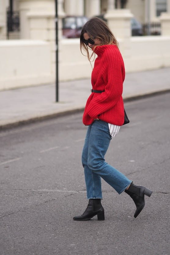 Червоний джемпер у вуличній моді - 6
