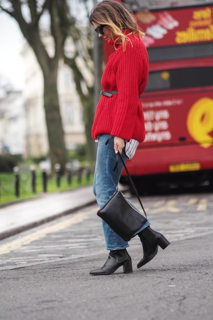 Червоний джемпер у вуличній моді - 7