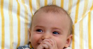 Жилетка (безрукавка) для немовляти до 6 місяців спицями