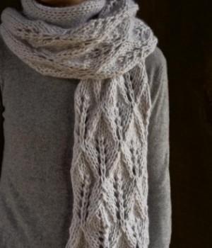 В'язаний ажурний шарф спицями