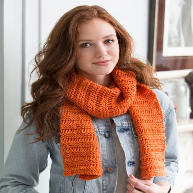 В'язаний маленький шарф ажурним візерунком